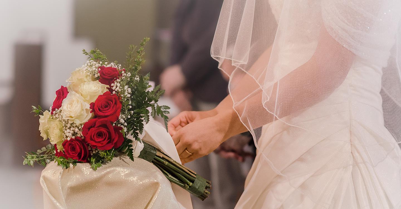 Servizio fotografico per matrimonio con fotografia di bouket e dettaglio vestito sposa