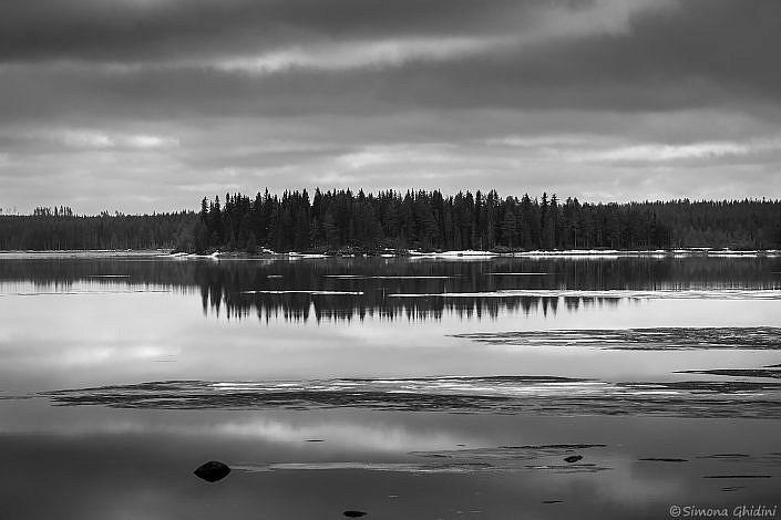 FOtografia di paesaggi con un lago e disgelo