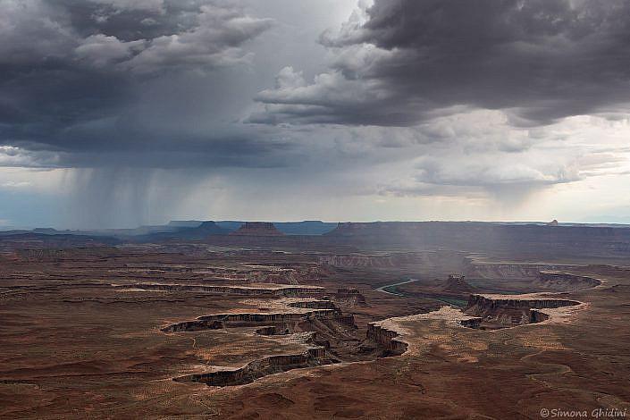 Fotografia di paesaggi con nuvole e acquazzoni su un canyon a canyonlands