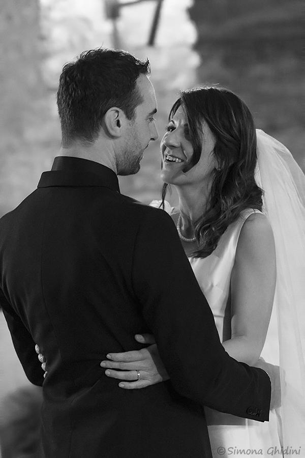 Servizio fotografico per matrimonio con sguardi degli sposi durante il ballo