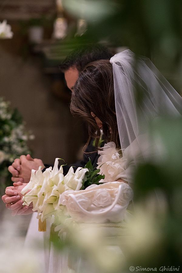 Servizio fotografico per matrimonio con benedizione sposi in chiesa