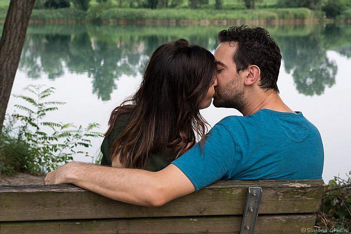 Servizio fotografico di coppia con fidanzati che si baciano