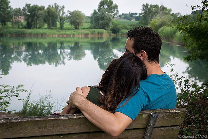 Servizio fotografico di coppia con abbraccio tra fidanzati