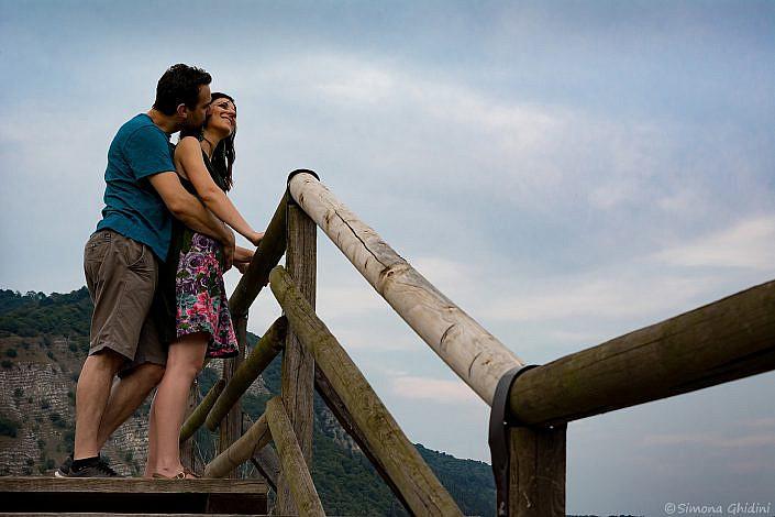 Servizio fotografico di coppia con fidanzati che si abbracciano