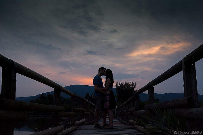 Servizio fotografico di coppia con bacio tra fidanzati al tramonto