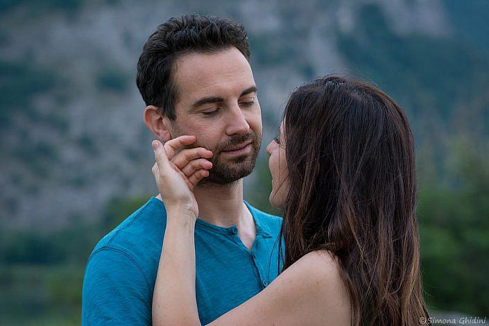 Servizio fotografico di coppia con sguardi e carezza tra fidanzati