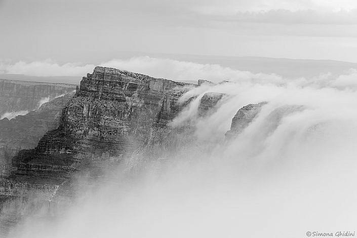 Fotografia di paesaggi con montagna e cascata di nuvole al Grand Canyon