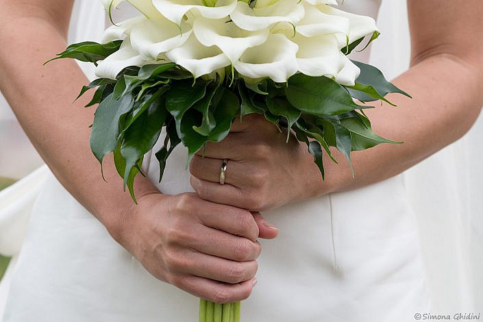 Servizio fotografico per matrimonio con bouquet tra le mani della sposa