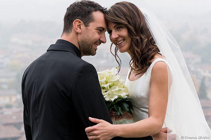 Servizio fotografico per matrimonio con sguardi sposi felici