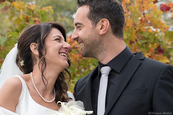 Servizio fotografico per matrimonio con sguardo sposi sorridenti