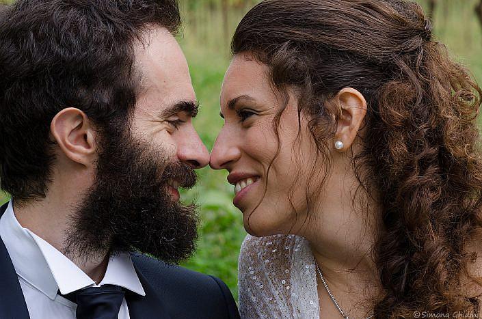 Servizio fotografico per matrimonio con sguardo sposi in primo piano