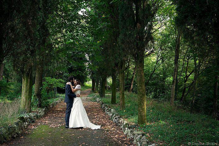 Servizio fotografico per matrimonio con bacio degli sposi nel bosco