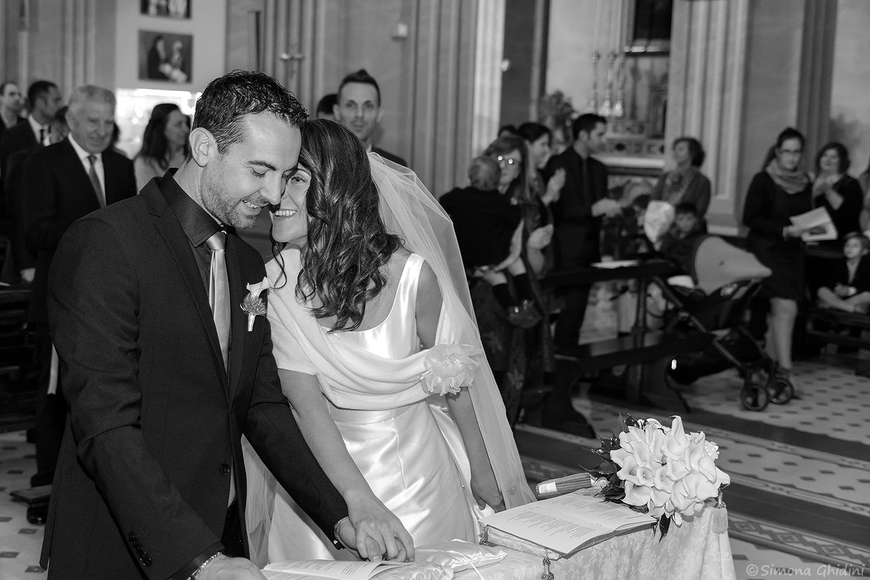 Servizio fotografico per eventi con sposi felici in chiesa