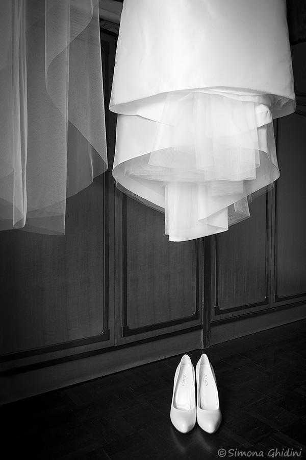 Servizio fotografico per matrimonio con vestito e scarpe sposa
